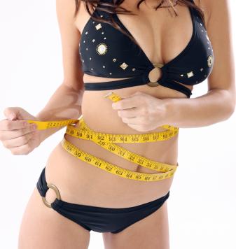 donna che misura la sua vita e fianchi